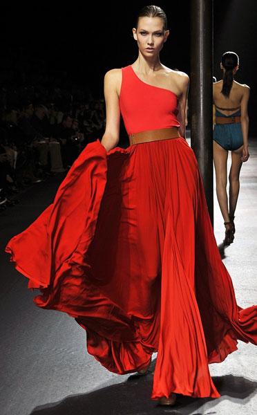 С чем сочетать длинное красное платье