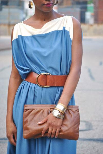 как носить с синим платьем коричневые аксессуары