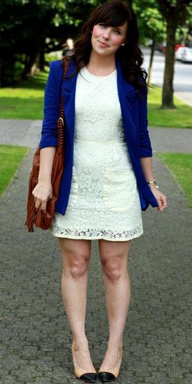 Белое платье с синим пиджаком фото