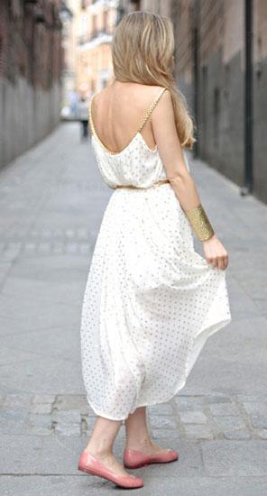 белое платье и серебрянные украшения