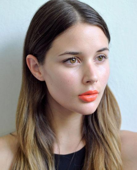макияж губ к черному платью