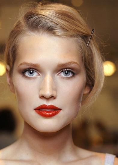 макияж к платью с акцентом на губах