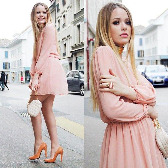 как правильно носить персиковое платье