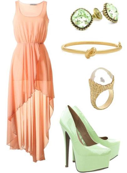 платье персикового цвета в тандеме с зелеными деталями