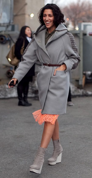 платье персикового цвета и серое пальто