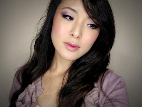 макияж в тон фиолетовому платью
