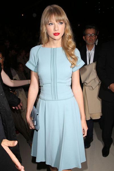 как сделать макияж под голубое платье