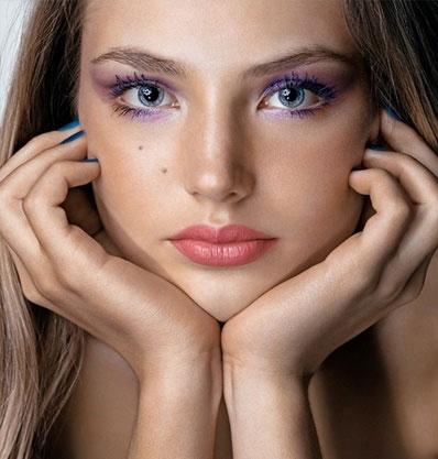 макияж в фиолетовых тонах к персиковому платью
