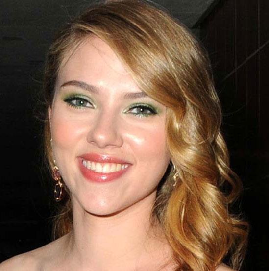 макияж в зеленых тонах к персиковому платью