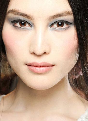 макияж в серых тонах к персиковому платью