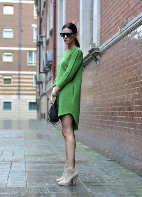 как сочетаь зеленое платье с базовыми цветами