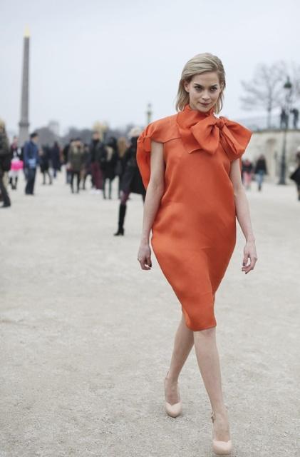 оранжевое платье и бежевые туфли