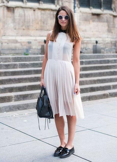Платье-плиссе средней длины
