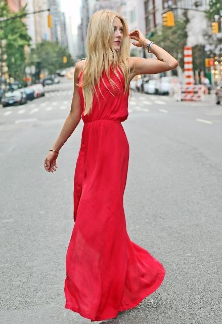 Алое платье и золотые аксессуары