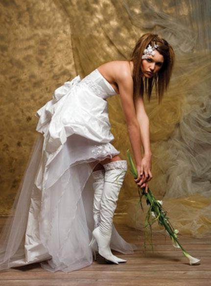 белое платье с сапогами фото