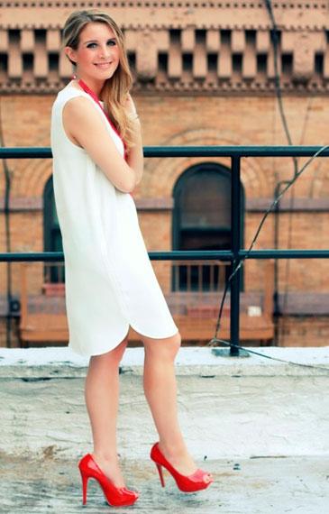 Белые платья под красные туфли