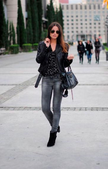 как носить серые джинсы и кожаную куртку