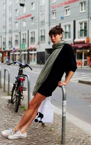 3662bd2ab08de Как носить платье с кедами?